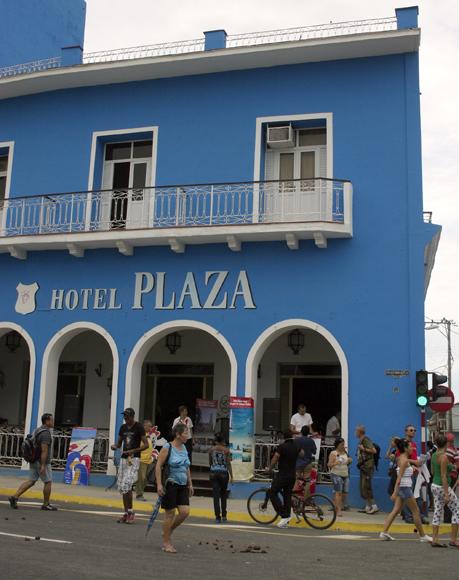 El Hotel Plaza, en el Parque Serafín Sánchez, en Sancti Spíritus. Serie Una ciudad testigo del tiempo. Foto: Daylén Vega/Cubadebate