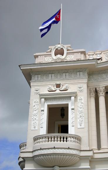 La bandera cubana sobre emblemático edificio en el Parque Serafín Sánchez. Serie Una ciudad testigo del tiempo. Foto: Daylén Vega/Cubadebate