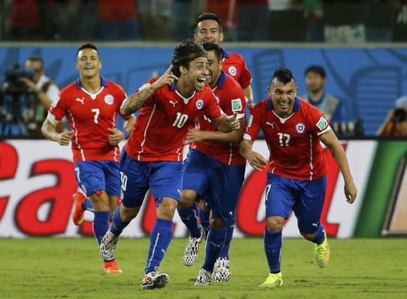 Valdivia festeja el segundo gol del equipo chileno.