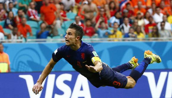 """Robin van Persie se lanza """"en palomita"""" por el balón para buscar el primer gol de Holanda en el partido"""