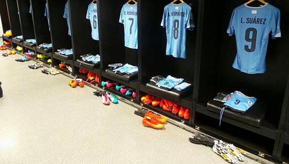 El recuerdo de Luis Suárez, muy presente en la Celeste. Han puesto su camiseta en el vestuario, como siempre. Foto: FIFA.