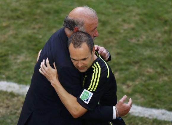 Vicente Del Bosque abraza a Andres Iniesta al final del partido. AMR ABDALLAH DALSH (REUTERS)