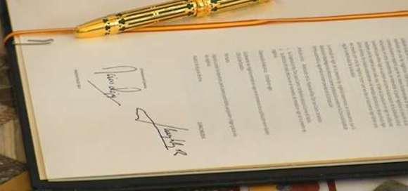 Las firmas de don Juan Carlos y de Mariano Rajoy en la abdicación del Rey. Foto: El País.