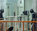 Agentes de las fuerzas de seguridad toman posiciones en el aeropuerto de Karachi. / SHAHZAIB AKBER (EFE)