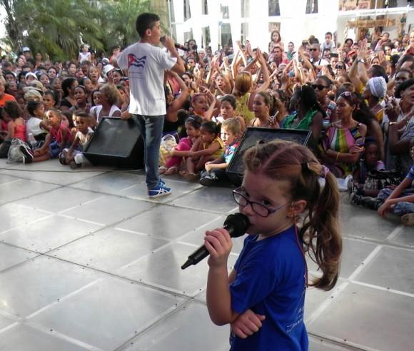Actuación de la Colmenita durante el homenaje a Juan Formell en La Feria de Arte en la Rampa. Foto: Marianela Dufflar