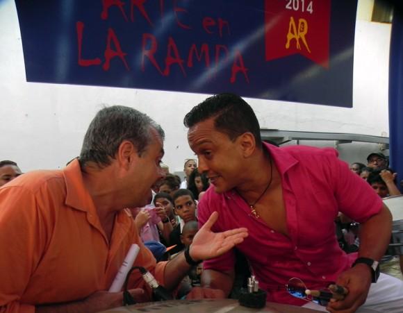 Carlos Alberto Cremata y Samuel Formell durante el homenaje a Juan Formell en La Feria de Arte en la Rampa. Foto: Marianela Dufflar