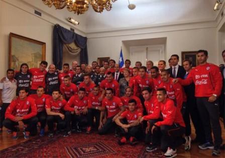 bachelet con equipo futbol chile
