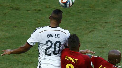 Los hermanos Boateng, Jerome, de Alemania, y Kevin-Prince, de Ghana, chocan en la disputa de un balón en un pasaje del primer tiempo.