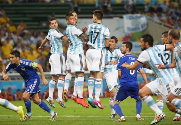Argentina gana, pero no convence en debut mundialista