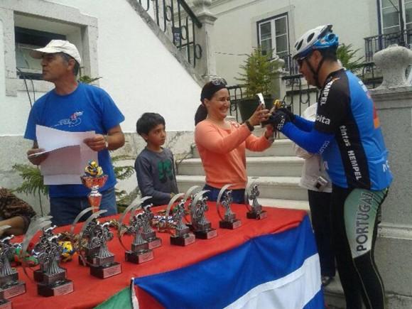 La embajadora cubana en Lisboa Johana Tablada entrega reconocimientos a los que completaron la ruta de 70 km en la Caravana Ciclística por los Cinco y la Revolución Cubana en  Portugal, el 8 de junio de 2014. Foto: EmbaCuba Portugal/Cubadebate