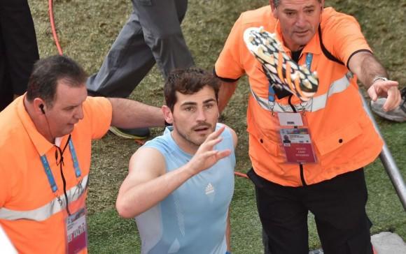 Iker Casillas lanza sus botas a los aficionados al abandonar el estadio tras el partido. LUIS ACOSTA (AFP)