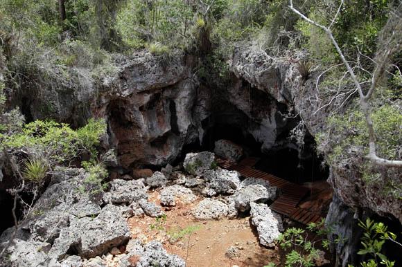 La cueva de la diosa Atabeira, también es denominada como la del agua. Estas grutas han sido dotadas de pequeñas escaleras que conducen a sus interiores, es allí donde puede apreciarse una amplia expresión de una de las primeras culturas nativas específicamente los restos de un conjunto ceremonial de una aldea taína. Foto: Ismael Francisco/Cubadebate.