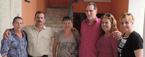 FOTO: FRANCE-CUBA / La Habana, abril de 2014. Dominique Leduc, flanqueada por Fernando y René, héroes antiterroristas cubanos,  con sus esposas y Elizabeth Palmeiro, esposa de Ramón.