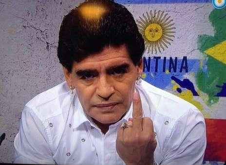 """El gesto de Diego para Grondona: """"No hablo más"""". (Captura TV)."""