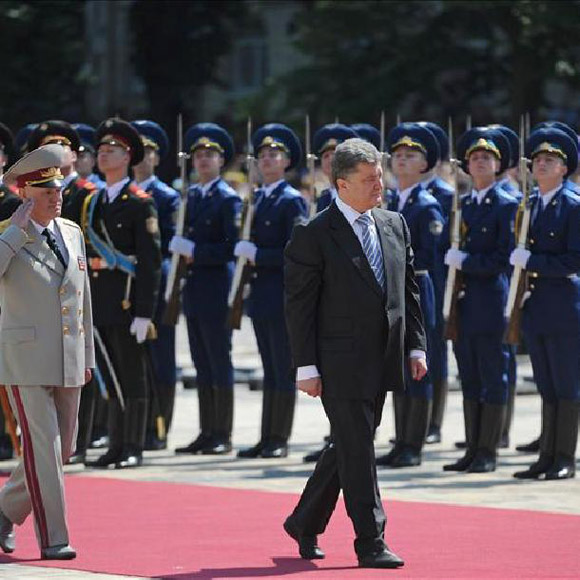 El nuevo presidente de Ucrania Petro Poroshenko pasa revista a la guardia de honor en la ceremonia de investidura celebrada en Kiev. Foto: EFE.