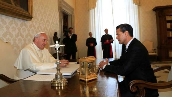 El Papa Francisco recibe en el Vaticano al presidente de México, Enrique Peña Nieto. FOTO: Cuenta en Facebook del mandatario mexicano.