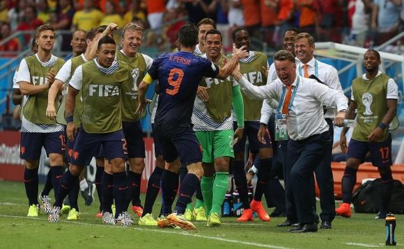 Robin van Persie celebra con el entrenador Louis van Gaal el gol del empate. Foto: El País.