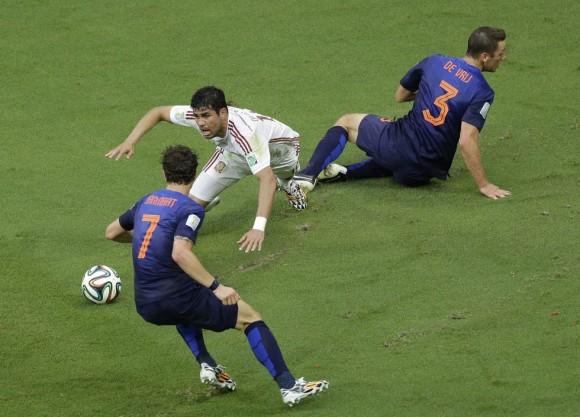 Diego Costa cae tras ser abordado por Stefan Vrij y hacerle un penalti. Foto: AP