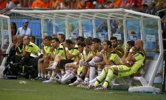 Los jugadores del equipo español en el banquillo durante el partido de fútbol contra Holanda. Foto: Reuters