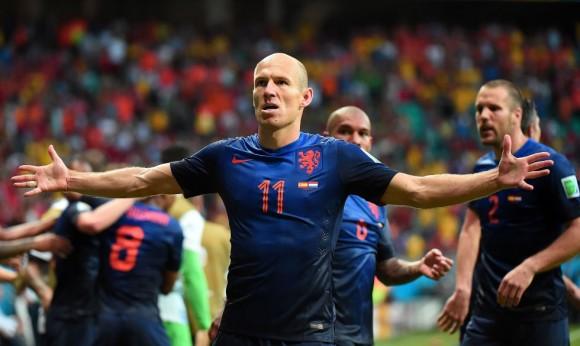 Delantero Arjen Robben de los Países Bajos celebra tras marcar un gol durante el partido del grupo B entre España y Holanda. Foto: AFP