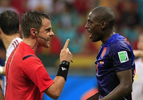 Bruno Martins habla con el árbitro italiano Nicola Rizzoli durante el partido de fútbol entre España y los países bajos. Foto: AP.