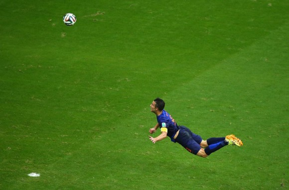 Robin van Persie marca el gol del emparte contra España. Foto: Getty Images