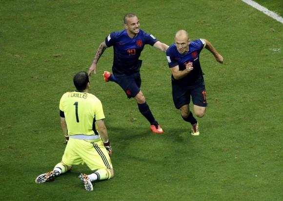 Arjen Robben y Wesley Sneijder de Holanda celebran un gol delante de Iker Casillas. Foto: Reuters