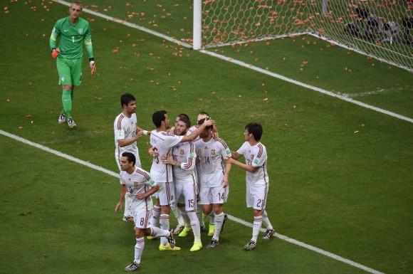 El equipo Español celebra el primer gol del mundial de fútbol en Salvador de Bahía. Foto: El País.