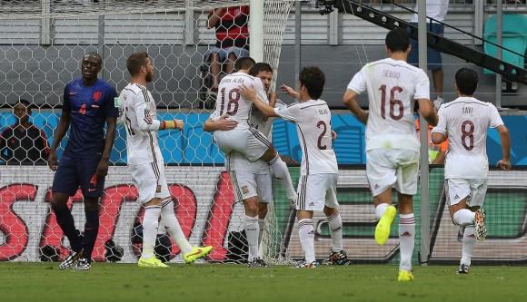 El equipo español celebra su primer gol en el mundial 2014. Foto: AFP