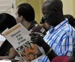 Un cubano estudia el Anteproyecto del Código del Trabajo. Foto: Archivo