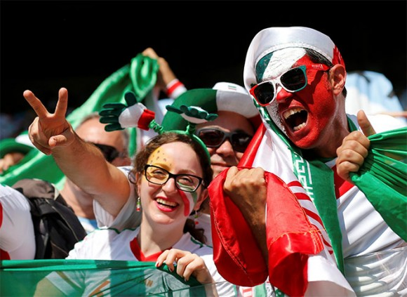 La banca iraní también vitorea a su equipo. Foto: Reuters.
