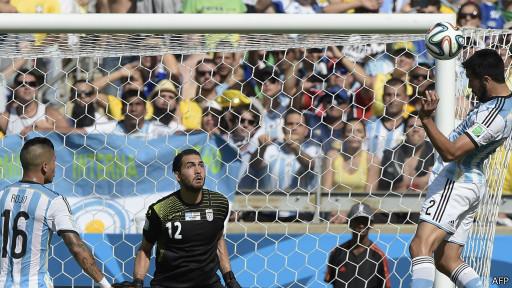 El que pudo ser el primero de Argentina, desde la cabeza de Garay.