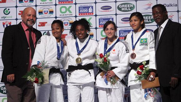 Premiación de María Celia Laborde y Dayaris Mestre, ganadoras de oro y plata en los 48 kilogramos. Foto: Ismael Francisco/Cubadebate.