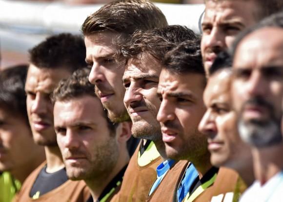 Iker Casillas, en en centro, junto a otros compañeros al inicio del encuentro. MARTIN MEISSNER (AP)