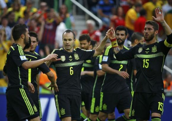 Iniesta y Sergio Ramos felicitan a David Villa por su gol. STEFANO RELLANDINI (REUTERS)