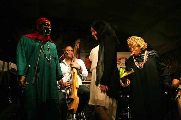 La gran Juana nos demostró a la manera yoruba una limpieza de las malas energías con una chica del público