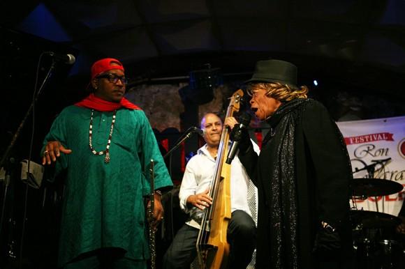 """José Luis Cortés """"El Tosco"""" y Juana Bacallao comparten escenario"""