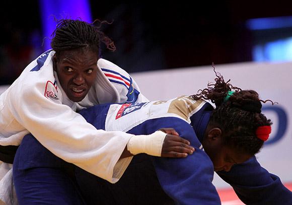 La francesa Emelie Andeol dejó sin medalla a la cubana Odalys Ortiz, en Grand Prix de Judo La Habana 2014. Foto: Ismael Francisco/Cubadebate.