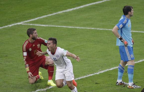 Eduardo Vargas anota y Chile celebra. Foto: AP.