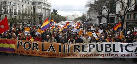 Decenas de escritores, actores y músicos apoyan, en la víspera de la proclamación de Felipe VI, la convocatoria de un referéndum. Foto: EFE