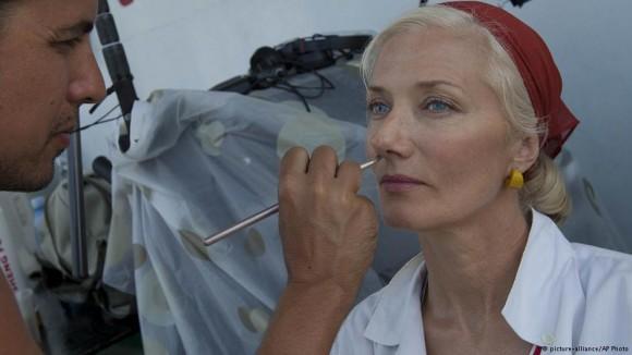 Joely Richardson es maquillada para la película Papá.