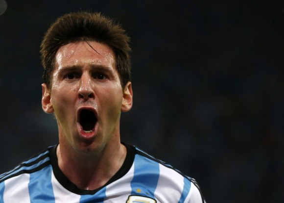 Gol, grito de rabia y desahogo: Lionel Messi tardó en llegar hoy a su cita con el Maracaná, pero la gran estrella de la noche finalmente estuvo ahí para convertir su segundo gol en un Mundial de fútbol. Foto: Reuters