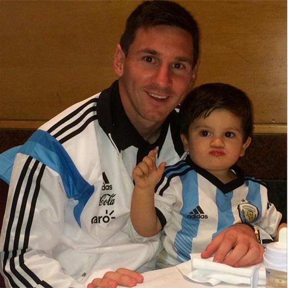 Messi comparte una tierna imagen con su pequeño. Foto: Twitter