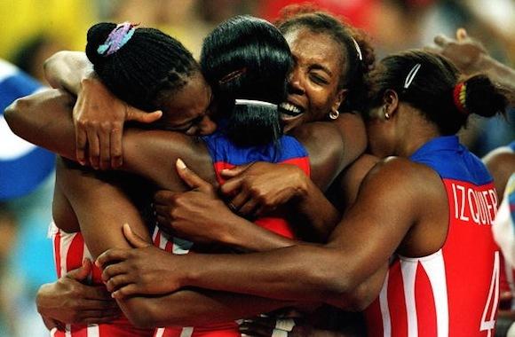 Las Morenas del Caribe tras una de sus victorias Olímpicas, que ganaron en tres ocasiones 1992, 1996 y 2000. Idalmis lleva la camiseta marcada por el número 5. En esta imagen está de espalda y el número lo tapa el abrazo de sus compañeras.