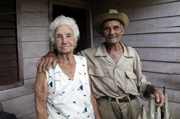 Agapito junto a su esposa Adelaida.  Foto: Ismael Francisco/Cubadebate.