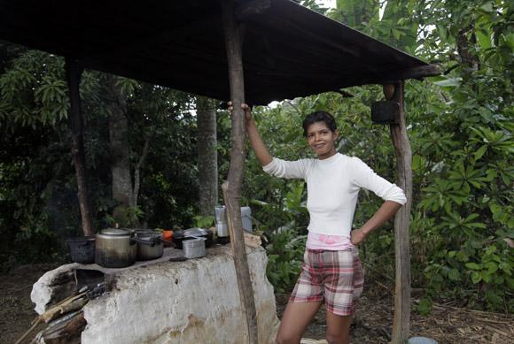 Rosa, nos cuela un sabroso cafe.  Foto: Ismael Francisco/Cubadebate.