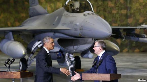 El presidente Barack Obama estrecha la mano a su homólogo polaco, Bronislaw Komorowski, con el fondo de un avión caza F-16. Foto: Reuters