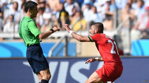 Dejagah reclama al árbitro Mazic penal por la entrada de Zabaleta. Momento de polémica.