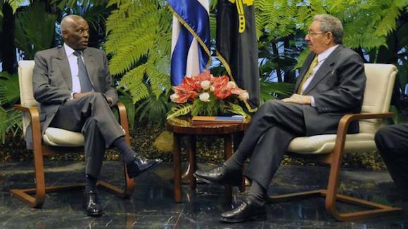 El General de Ejército Raúl Castro Ruz, Presidente de los Consejos de Estado y de Ministros, recibió en la tarde de este miércoles, en el Palacio de la Revolución, al excelentísimo señor José Eduardo dos Santos, Presidente de la República de Angola, quien realiza una visita oficial a nuestro país.