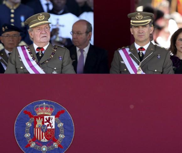 El Rey Juan Carlos y el PrÌncipe de Asturias, en el Monasterio de San Lorenzo de El Escorial (Madrid), donde el Monarca ha presidido hoy la solemne ceremonia militar de la Orden de San Hermenegildo, creada hace dos siglos para premiar conductas militares ejemplares, en el primer acto oficial al que asisten juntos despuÈs de que el Monarca anunciara ayer su abdicaciÛn en favor del PrÌncipe, una renuncia que se sustanciar· en las prÛximas semanas cuando la proclamaciÛn de Felipe VI en las Cortes culmine el correspondiente tr·mite parlamentario. Foto: EFE/Ballesteros